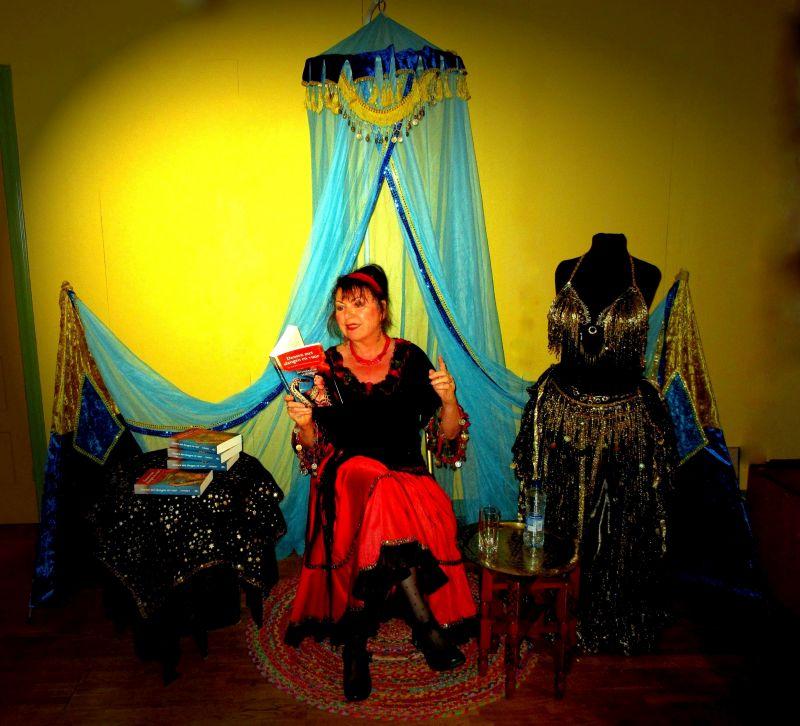 buikdanseres-samiera-leest-voor-uit-haar-boek-dansen-met-slangen-en-vuur